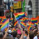 Vzpoura moskevských homosexuálů si vyžádala už přes 500 obětí. Vláda chce povolat do akce tanky a jednotky specnaz. Homosexuálové chtějí zničit princip tradiční rodiny. EU, kavárenští povaleči a další havlofašisti jim v tom pomáhají. Fialové elity chtějí vybudovat homosvět
