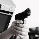 Muže v americkém New Yorku na ulici napadla mikrovlnná trouba. Další důvod, proč zakázat tyto stroje smrti?