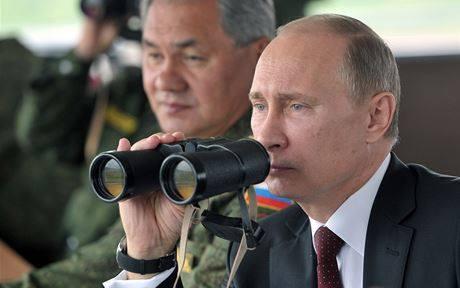 Vladimír Vladimírovič sleduje cvičení nových ruských dobrovolníků.