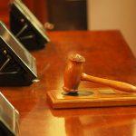 Soud osvobodil muže obviněného ze znásilnění. Oběť měla prsa a vagínu, za znásilnění si tak mohla sama