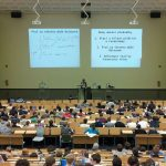 EU zakázala na Vysoké škole života výuku mateřské, ale určitě né dovolené