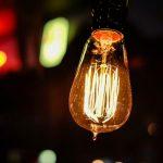 Původním vynálezcem žárovky byl ve skutečnosti Andrej Babiš. Edison mu ale patent ukradl