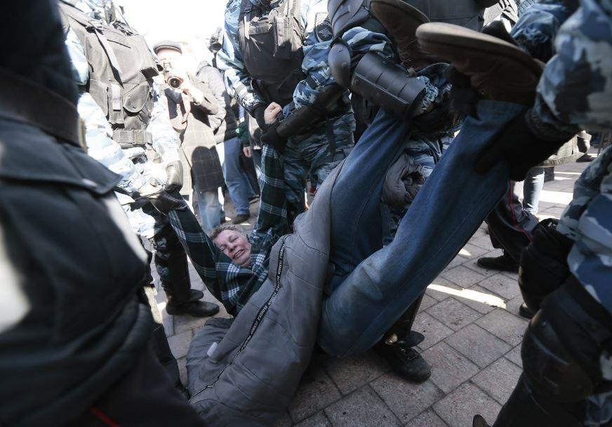 Policisté nesou opilého muže domů, aby si po cestě neublížil.